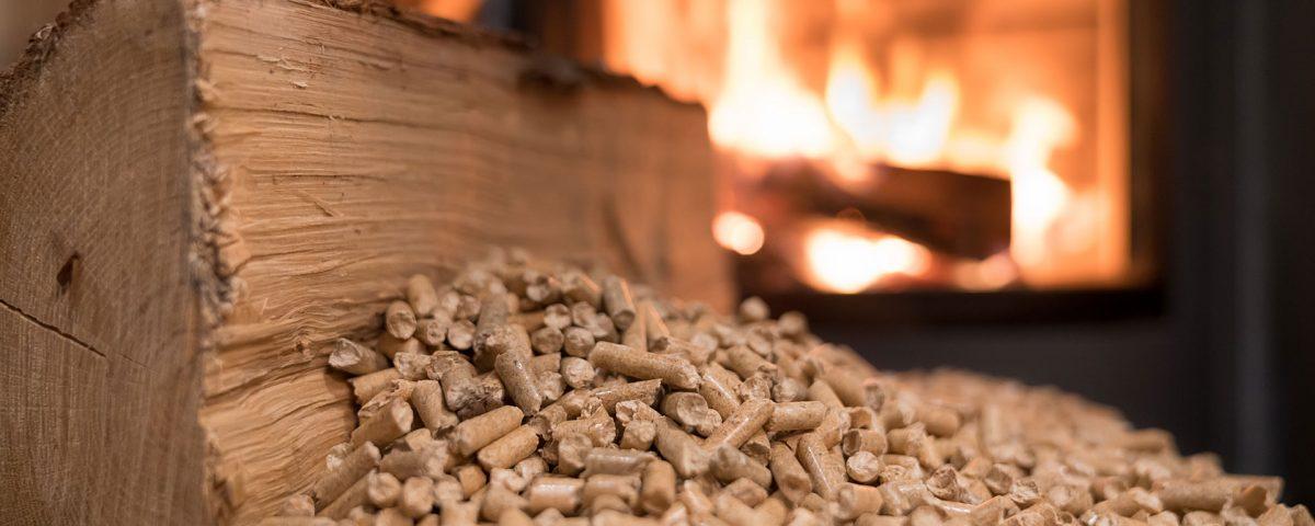 Holz und Pellets vor einem Feuerofen